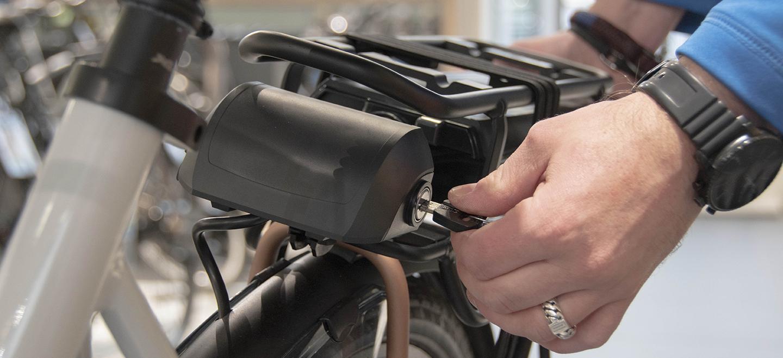 Waar laad ik de accu van mijn elektrische fiets op?